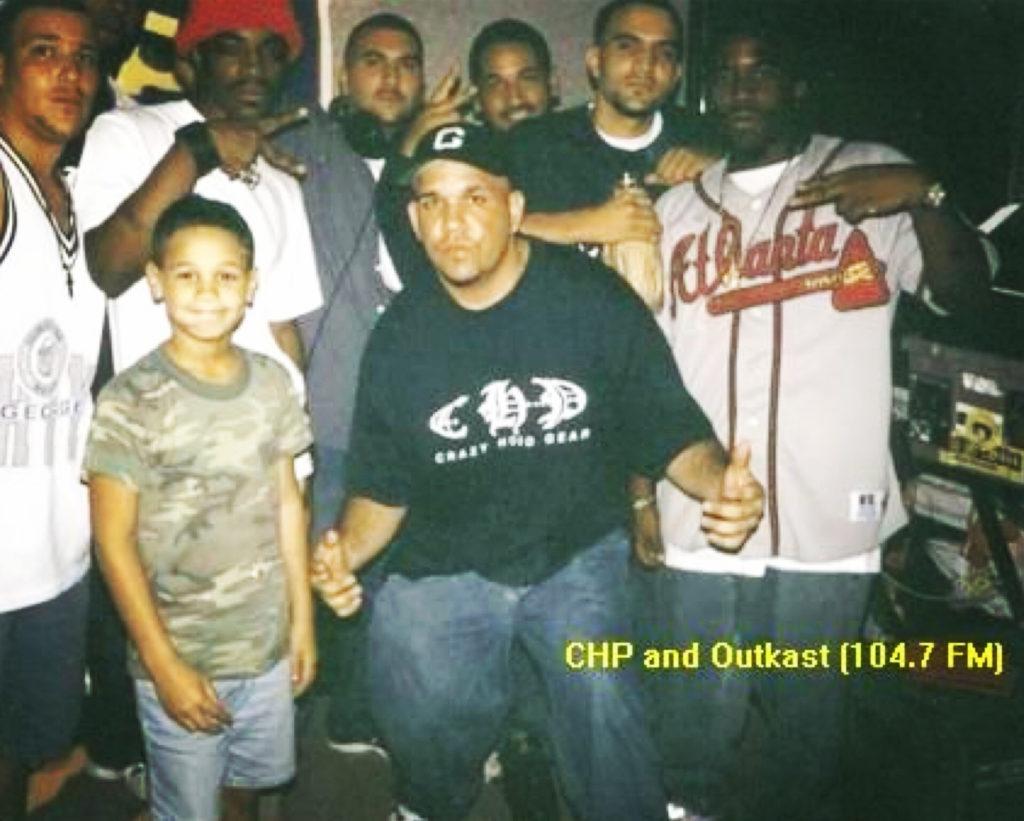 utKast em Miami, visitando DJ EFN e sua equipe de Crazy Hood em seu programa de rádio pirata por volta de 1996.